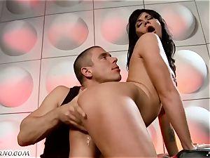 tipsy bi-atch gets pulverized in nightclub